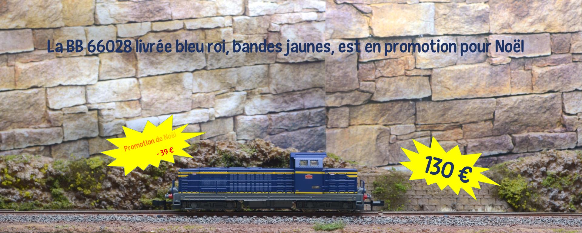 La BB 66028 livrée bleu roi, bandes jaunes, est en promotion pour Noël